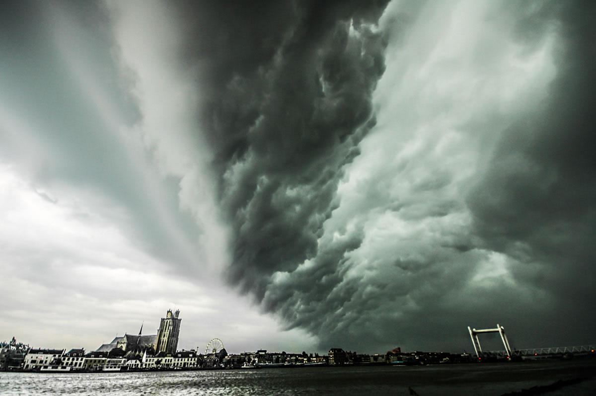 Shelfcloud boven Dordrecht - 21 juni 2012